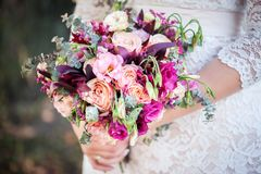 Bouquet de mariage dans des mains du ` s de jeune mari?e photographie stock libre de droits