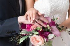 Bouquet de mariage dans la main du ` s de jeune mariée Images libres de droits