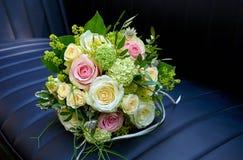 Bouquet de mariage dans le véhicule Photos libres de droits