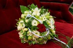 Bouquet de mariage dans le véhicule Images stock