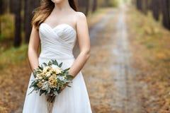 Bouquet de mariage dans les mains de la mariée Images stock