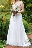 Bouquet de mariage dans les mains de la mariée Photos libres de droits