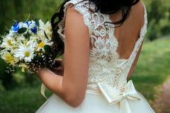 Bouquet de mariage dans les mains de la mariée Photos stock