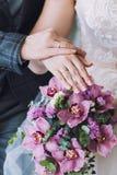 Bouquet de mariage dans les mains de la mariée Image libre de droits