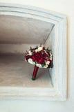 Bouquet de mariage dans un créneau en pierre Images libres de droits