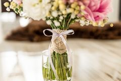 Bouquet de mariage dans un poids placé sur un plancher en bois images stock
