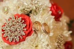 Bouquet de mariage de beaux roses et anneaux Image stock