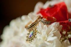 Bouquet de mariage de beaux roses et anneaux Photo stock