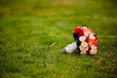 Bouquet de mariage de la jeune mariée à l'herbe verte Image libre de droits