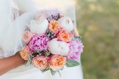Bouquet de mariage de la jeune mariée Images stock