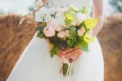 Bouquet de mariage de la jeune mariée Photographie stock libre de droits