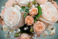 Bouquet de mariage de la jeune mariée photo libre de droits