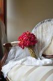 Bouquet de mariage sur le fauteuil de cru Photo libre de droits