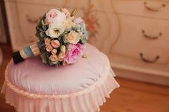 Bouquet de mariage de vintage dans l'intérieur de bodoir Images libres de droits