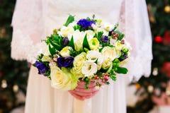 Bouquet de mariage des fleurs dans des mains de jeunes mariées Photo libre de droits
