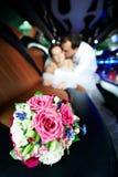 Bouquet de mariage des fleurs dans la limousine Image stock
