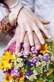 Bouquet de mariage des fleurs et des mains avec des boucles Images stock