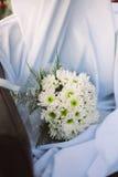 Bouquet de mariage des fleurs fraîches de ressort Le bouquet nuptiale avec le dahlia blanc fleurit sur le tissu blanc Photos stock