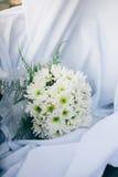 Bouquet de mariage des fleurs fraîches de ressort Le bouquet nuptiale avec le dahlia blanc fleurit sur le tissu blanc Photographie stock libre de droits