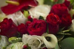 Bouquet de mariage des fleurs pour la jeune mariée Image stock