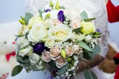 Bouquet de mariage des fleurs pour la jeune mariée Photos stock