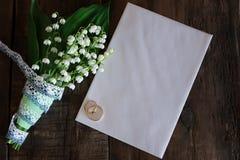 Bouquet de mariage des lis de la vallée et des anneaux photo stock