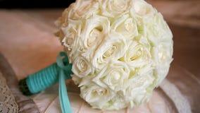 Bouquet de mariage des roses banque de vidéos