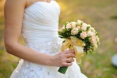 Bouquet de mariage des roses blanches Photographie stock libre de droits