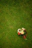 Bouquet de mariage des roses blanches se trouvant sur l'herbe Photographie stock