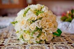 Bouquet de mariage des roses blanches sur une nappe photos stock