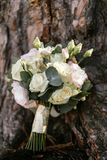 Bouquet de mariage des roses crèmes et blanches sur une surface en bois Photos stock