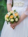 Bouquet de mariage des roses dans des mains Photos stock