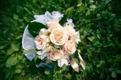 Bouquet de mariage des roses de couleur pêche Images stock