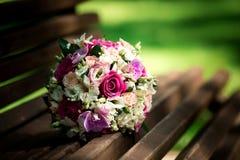 Bouquet de mariage des roses roses et blanches se trouvant sur l'herbe Photographie stock