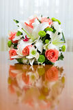 Bouquet de mariage des roses et des lis pour la jeune mariée à une noce Photos stock
