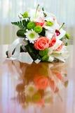Bouquet de mariage des roses et des lis pour la jeune mariée à une noce Photos libres de droits