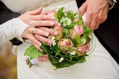 Bouquet de mariage des roses et des mains Photographie stock