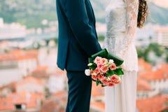 Bouquet de mariage des roses roses dans des mains du ` s de jeune mariée Épouser en Monte Photo libre de droits