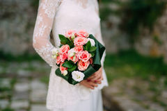 Bouquet de mariage des roses roses dans des mains du ` s de jeune mariée Épouser en Monte Images stock