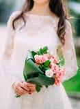 Bouquet de mariage des roses roses dans des mains du ` s de jeune mariée Épouser en Monte Image stock