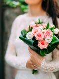 Bouquet de mariage des roses roses dans des mains du ` s de jeune mariée Épouser en Monte Image libre de droits