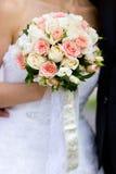 Bouquet de mariage des roses roses et blanches à disposition de la jeune mariée Image stock