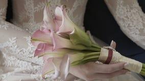 Bouquet de mariage des roses rouges banque de vidéos