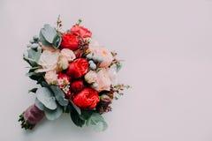 Bouquet de mariage du rouge et des roses de crème sur un plancher léger Vue supérieure Photo stock