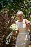 Bouquet de mariage et amie de jeune mariée Photo libre de droits