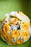 Bouquet de mariage et anneaux de mariage en gros plan Images stock