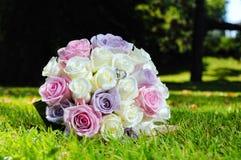 Bouquet de mariage et boucles d'or Photographie stock
