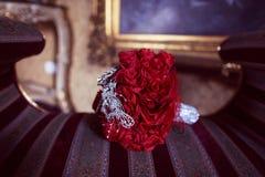 Bouquet de mariage fait de fleurs de papier rouges Photographie stock libre de droits