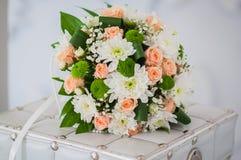 Bouquet de mariage fait en roses, chrysanthème et pose sur le boîtier blanc Photographie stock