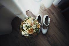 Bouquet de mariage de jeune mariée image stock